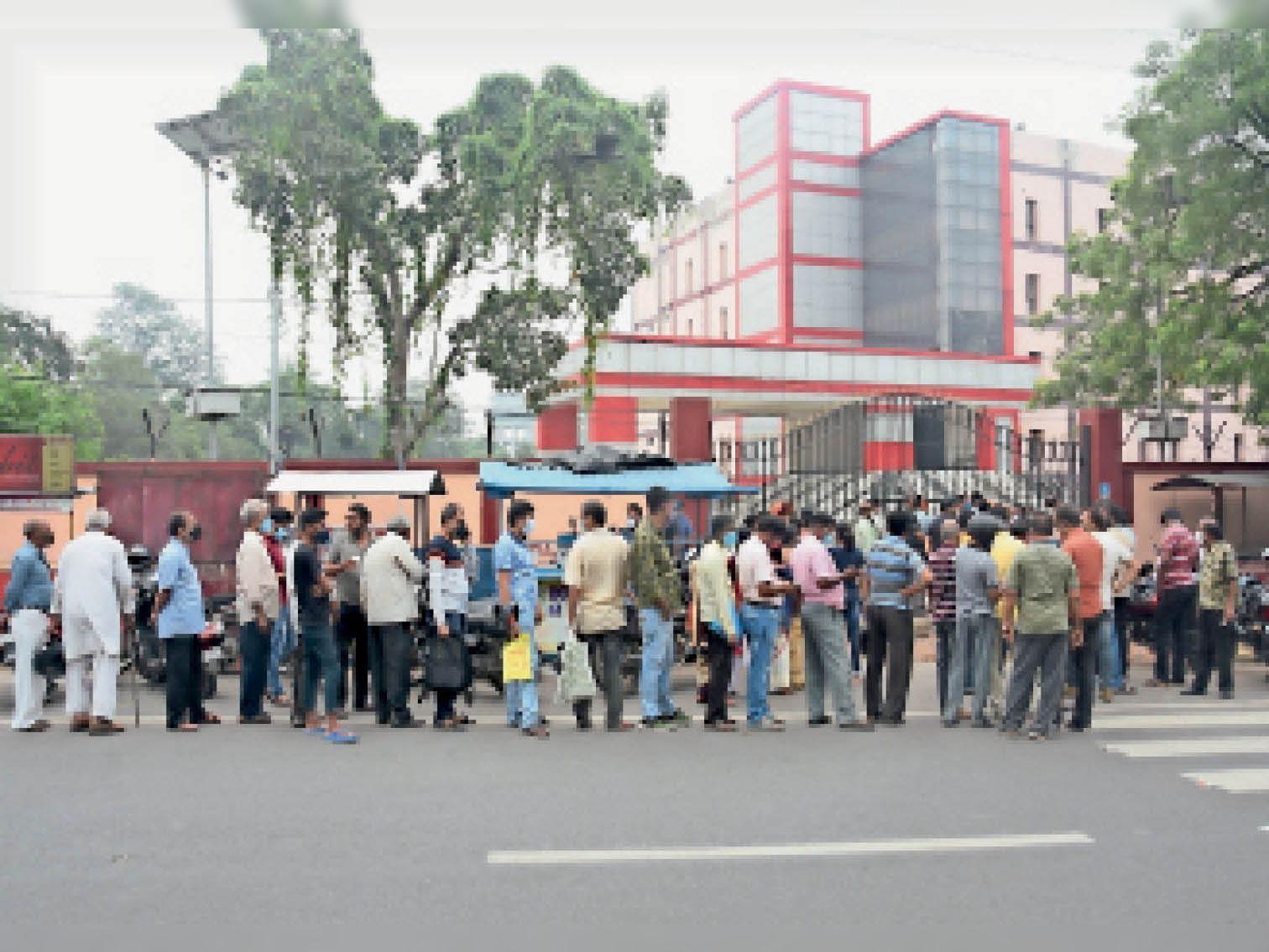 आईआईटी शॉपिंग काॅम्प्लेक्स का गेट खुलने के पहले ही टीका लेने के लिए लाेगों की भीड़ जुट गई। - Dainik Bhaskar