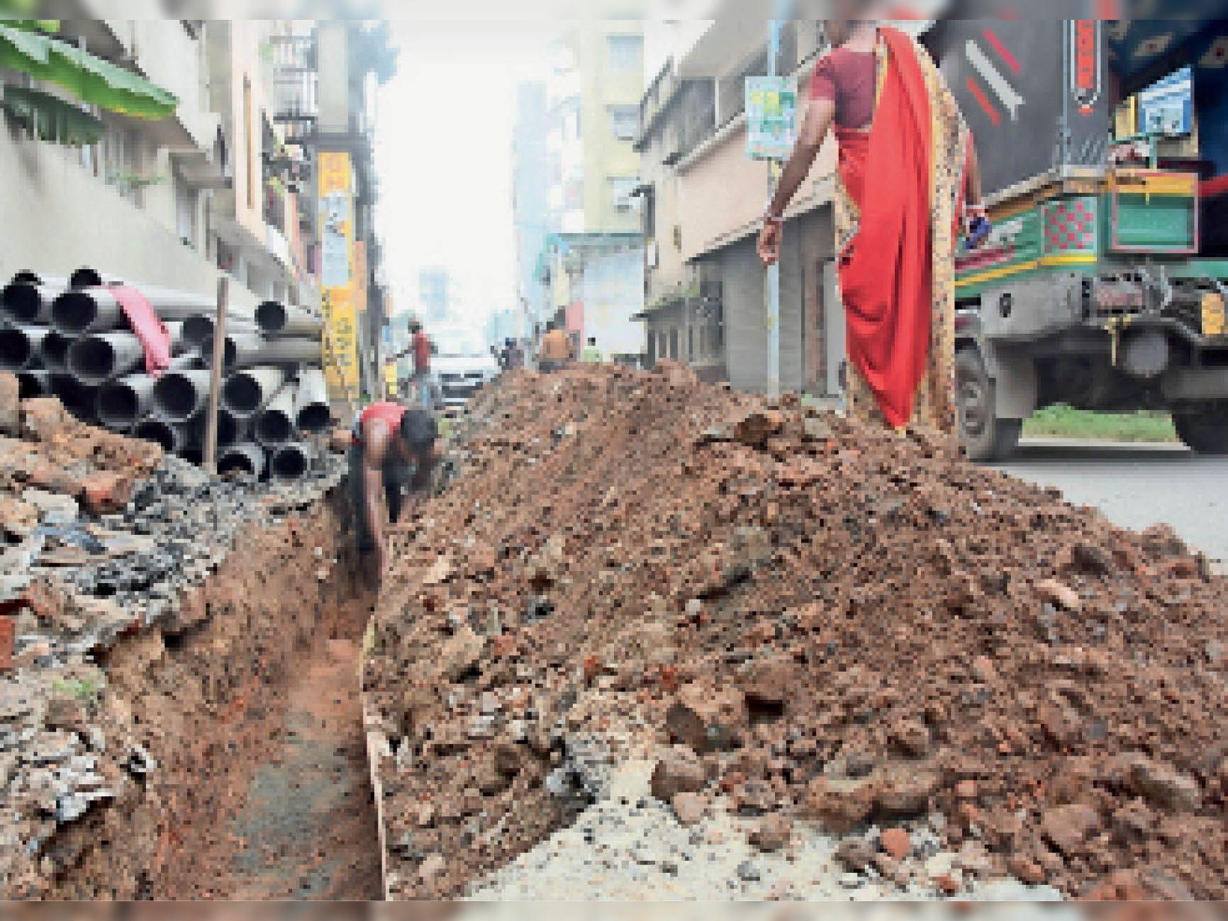 हीरापुर के हरि मंदिर रोड में बिजली के केबल बिछाने के लिए पेवर ब्लॉक हटाकर वहां गड्ढा कर यूं ही छोड़ दिया गया। - Dainik Bhaskar