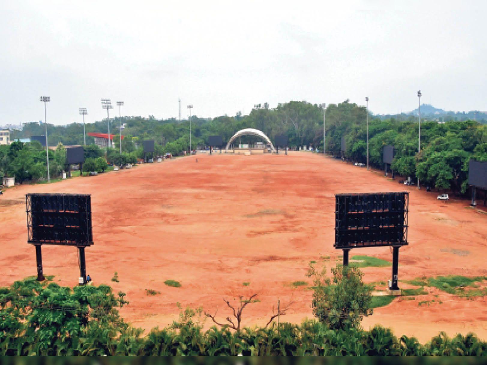 मोरहाबादी मैदान के चारों ओर 9 एलईडी स्क्रीन लगाने और स्टेज के सौंदर्यीकरण पर पैसा फूंका गया - Dainik Bhaskar
