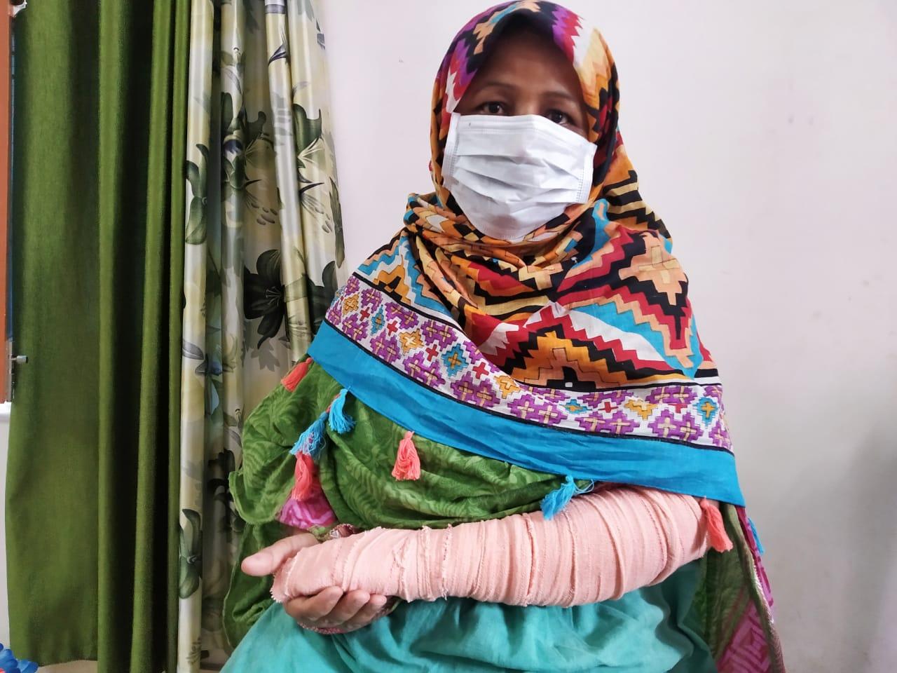 महिला की हिम्मत देख बदमाश बाइक छोड़ कर पैदल ही फरार हो गए। महिला के हाथ में भी चोट आई। - Dainik Bhaskar