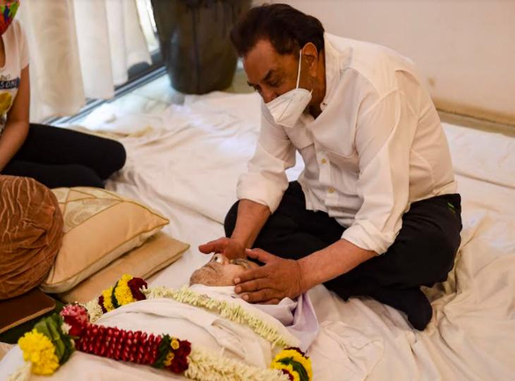 धर्मेंद्र बोले, दिलीप कुमार के निधन के बाद जब उनके घर गया तो सायरा बोलीं- 'देखो धरम, साहब ने पलक झपकी, ये सुनकर मेरी जान निकल गई'|बॉलीवुड,Bollywood - Dainik Bhaskar