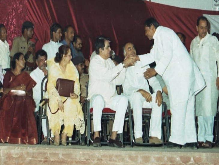 मंच पर सायरा बानो और दिलीप कुमार
