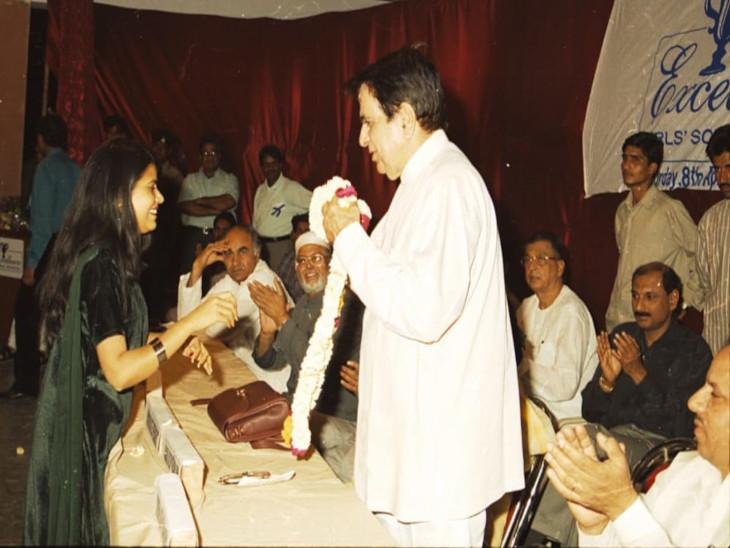 सम्मान के दौरान चुटकी लेते दिलीप कुमार