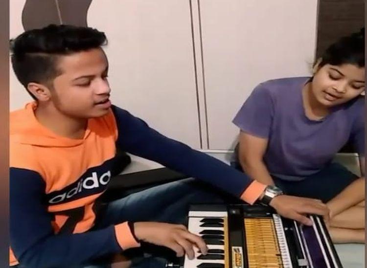 बहन काजल के साथ हारमोनियम पर गायन का अभ्यास करते प्रदीप।