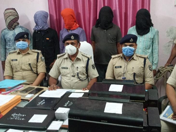 थावे पुलिस ने वाहन चोर गिरोह के 5 आरोपियों को किया गिरफ्तार, फर्जी लाइसेंस, कलर प्रिंटर, लैपटॉप समेत 2 बाइक बरामद|बिहार,Bihar - Dainik Bhaskar