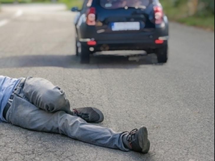 ट्रैफिक पुलिस ने रोका तो बढ़ाई रफ्तार, टक्कर लगने से कर्मी बोनट पर गिरा और घसीटकर ले गया 500 मीटर तक|चंडीगढ़,Chandigarh - Dainik Bhaskar