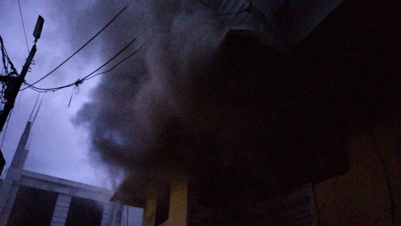 गोदाम में आग लगने से उठता हुआ धुआं।