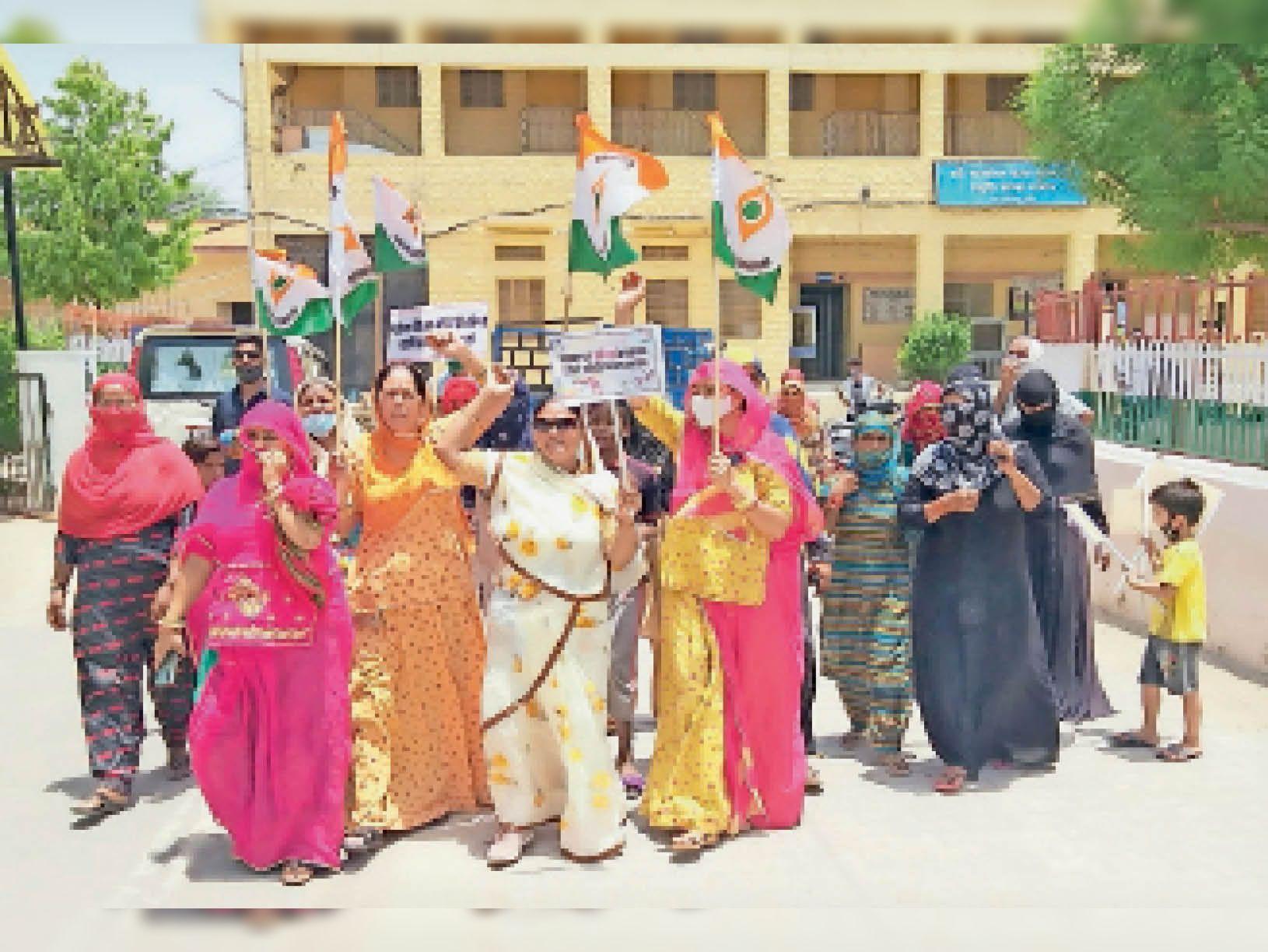 महंगाई काे लेकर प्रदर्शन करती महिलाएं। - Dainik Bhaskar