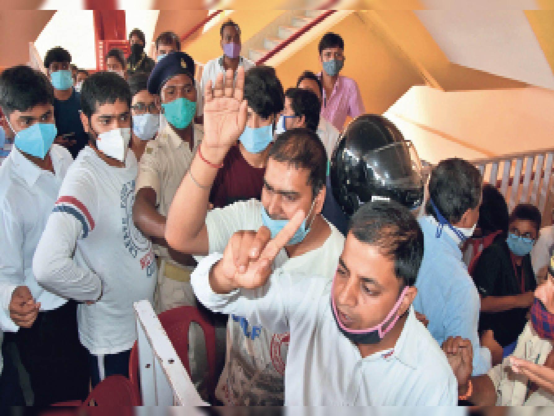 कौन हैं ये लोग- पहले टीका लेने के चक्कर में मारपीट की स्थिति बन गई थी... जब वहां जब भास्कर की टीम पहुंची, तो यहां मौजूद खुद को जिम्मेदार बताने वाले युवकों ने रोकने की कोशिश की। कैमरे का फ्लैश चमका, तब मजिस्ट्रेट व पुलिसकर्मी हरकत में आए। - Dainik Bhaskar
