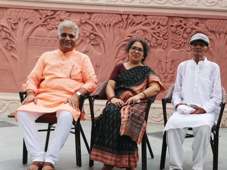 भूपेंद्र यादव अपने पिता व बहिन के साथ। - Dainik Bhaskar