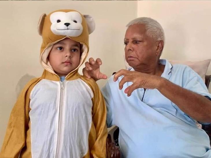 कल जब सबकी निगाहें मोदी कैबिनेट विस्तार पर थी, तब लालू नाती के साथ जंगल लव खेल रहे थे|बिहार,Bihar - Dainik Bhaskar