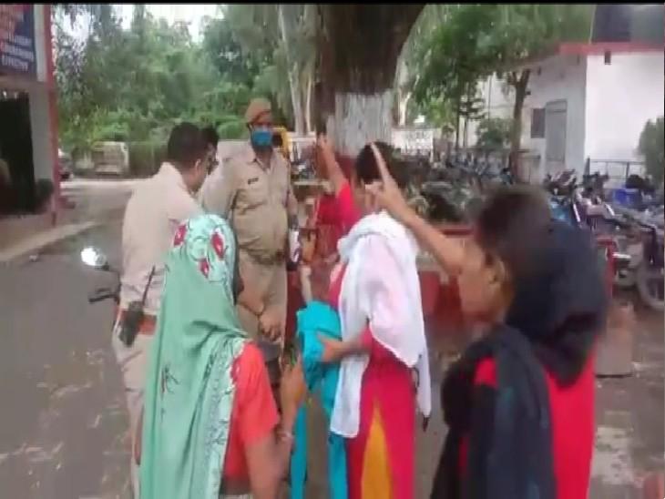 बेटियों ने मां-बेटे की पिटाई पर रिपोर्ट न लिखने का कारण पूछा तो हेड कांस्टेबल ने कहा- तुम्हारे बाप के नौकर हैं क्या? डांटकर भगाने पर हंगामा प्रयागराज (इलाहाबाद),Prayagraj (Allahabad) - Dainik Bhaskar