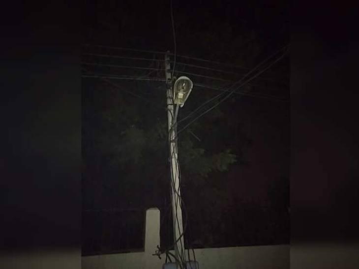 शिकायत के बाद भी लखनऊ नगर निगम स्ट्रीट लाइट नहीं ठीक करा पा रहा है। - Dainik Bhaskar