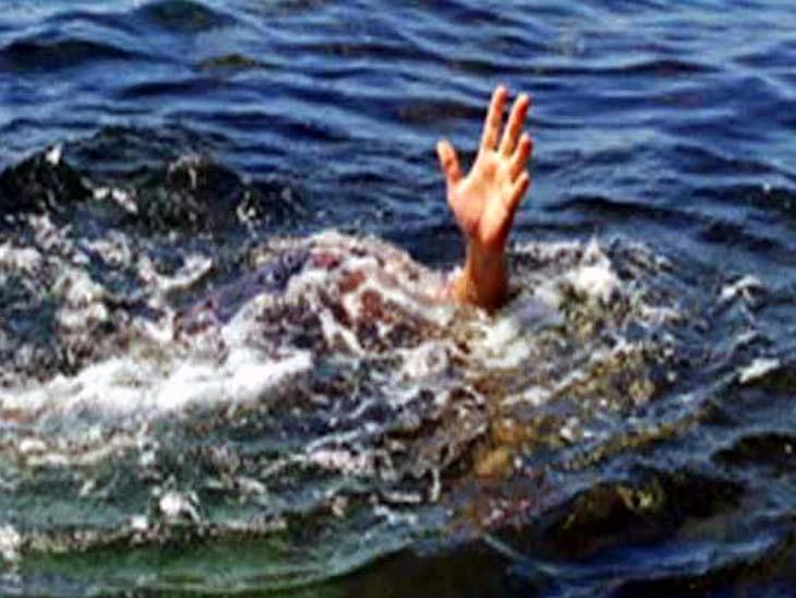 दो साथियों के साथ नहाने के लिए उतरा था नदी में, पानी के तेज बहाव में बहने से गई जान|झारखंड,Jharkhand - Dainik Bhaskar