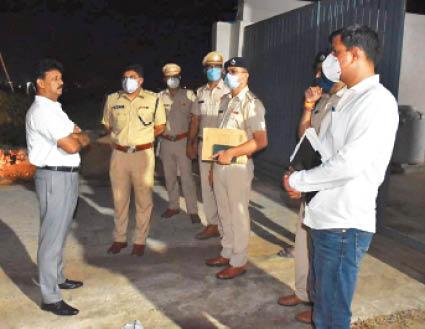 बहादुरगढ़ में एसपी राजेश दुग्गल पुलिस अधिकारियों से बात करते हुए। - Dainik Bhaskar