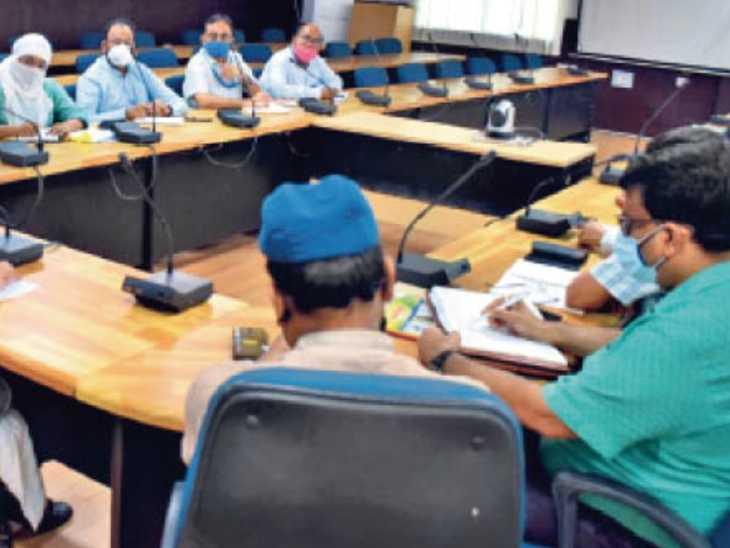 पंचायत चुनाव की समीक्षा बैठक करते डीएम डॉ. चंद्रशेखर सिंह। - Dainik Bhaskar