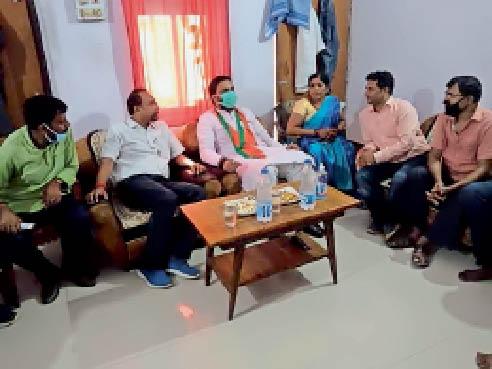 झामुमो नेता के आवास पर भाजपा कार्यकर्ताओं से मंत्रणा करते मंत्री। - Dainik Bhaskar