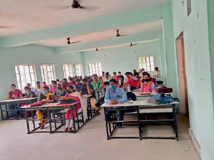 बांका डायट परिसर में काउंसिलिंग में शामिल शिक्षक अभ्यर्थी। - Dainik Bhaskar