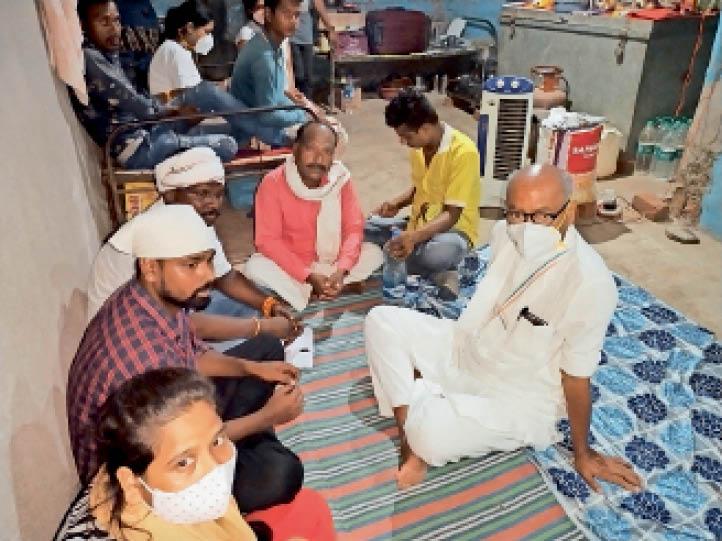 पीड़ित परिवार से बातचीत करते हुए दिग्विजय सिंह - Dainik Bhaskar