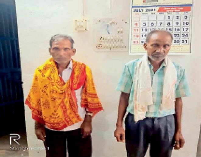 पुलिस की गिरफ्त में बैगा। - Dainik Bhaskar