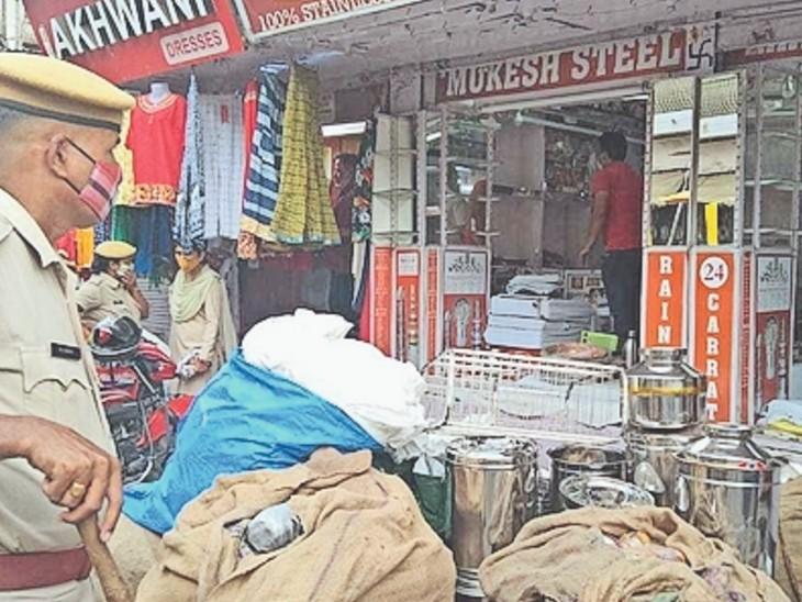 भरतपुर. कोर्ट के आदेश पर दुकान खाली कराकर निकाला गया सामान। - Dainik Bhaskar