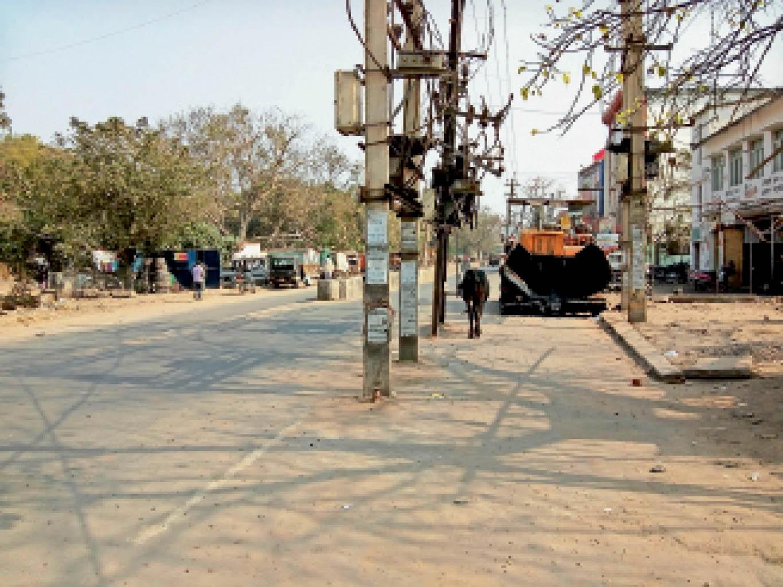 स्टेशन रोड में सड़क के बीच लगा पोल और ट्रांसफार्मर। - Dainik Bhaskar