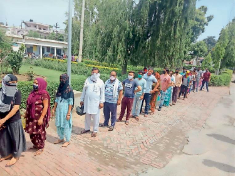करनाल. इंद्री पीएचसी में कोरोना वैक्सीन लगवाने के लिए लाइन में लगे लोग। - Dainik Bhaskar