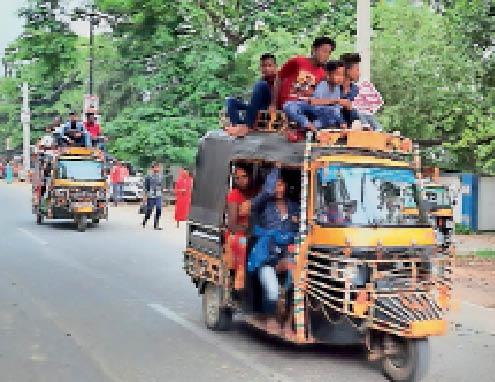 ऑटो के छत पर बैठकर यात्रा करते लोग। - Dainik Bhaskar