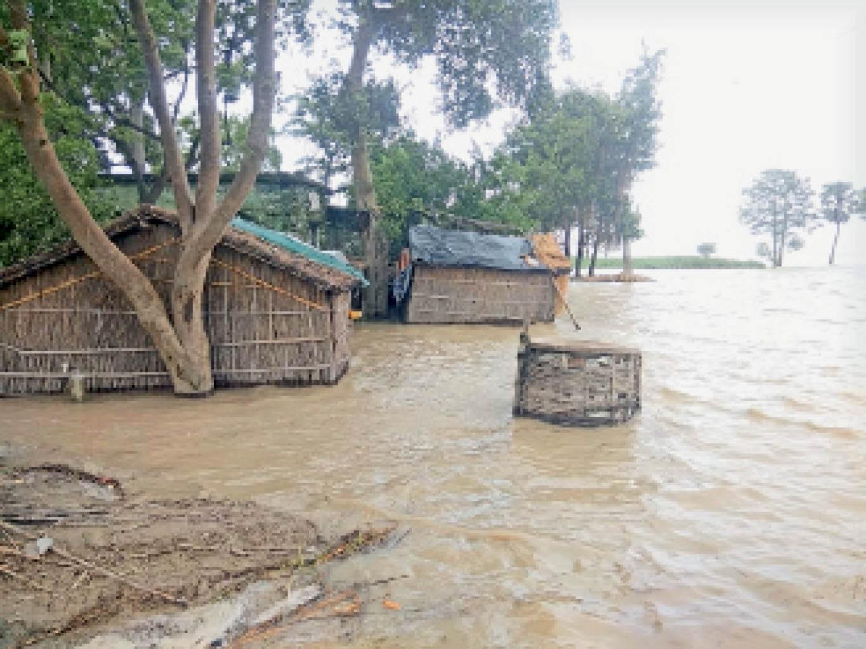 पकहां गांव में बाढ़ से बिगड़े हालात। - Dainik Bhaskar