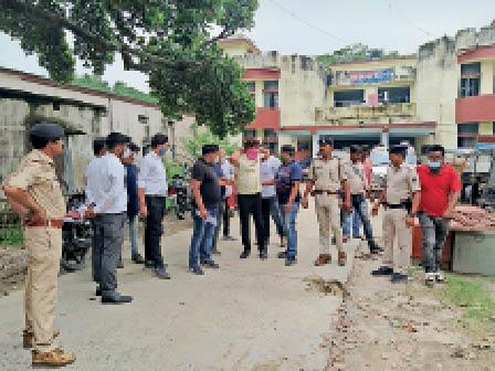 आरोपी अधिवक्ता के साथ बंगाल क्राइम ब्रांच व टाउन थाना पुलिस। - Dainik Bhaskar