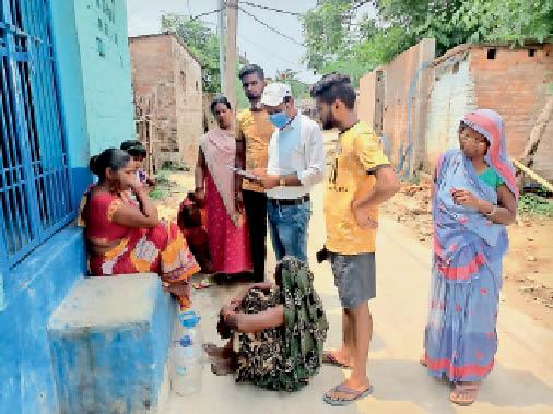 शहर के वार्ड संख्या-24 में वैक्सीनेशन के लिए लोगों को जागरूक करते वार्ड पार्षद। - Dainik Bhaskar