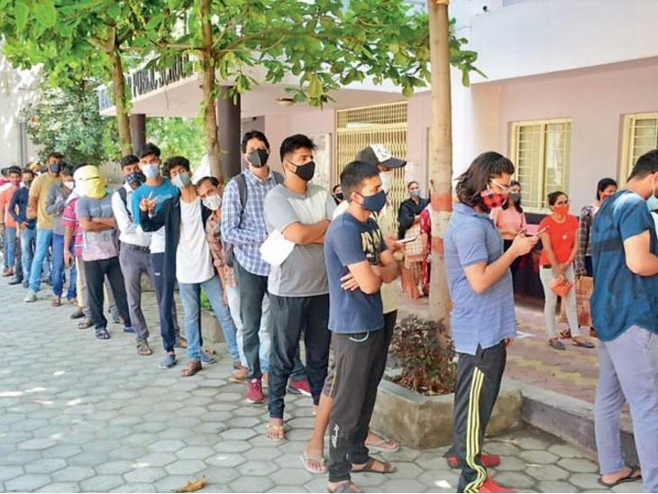 राजधानी में वैक्सीनेशन करने वाली टीम के सामने दोहरी चुनौती है। - Dainik Bhaskar
