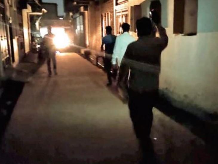 गली से पुलिस ने मोबाइल की टॉर्च जलाकर दिया सिग्नल...जवाब में टीम के अन्य सदस्य ने भी टॉर्च जलाई