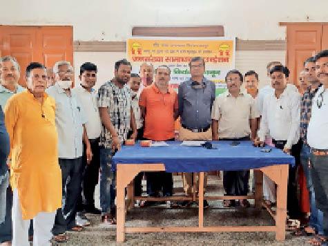 बैठक के बाद एकजुटता दिखाते जनसंख्या समाधान फाउंडेशन के सदस्य - Dainik Bhaskar
