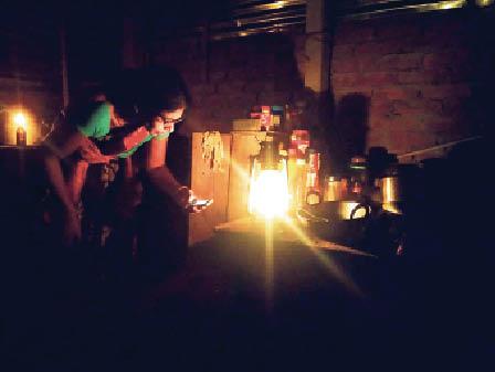 बिजली बाधित रहने से लालटेन जलाकर काम करतीं गृहणी। - Dainik Bhaskar