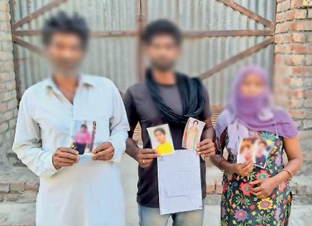 महिलाओं की फोटो दिखाता पीड़ित परिवार। - Dainik Bhaskar