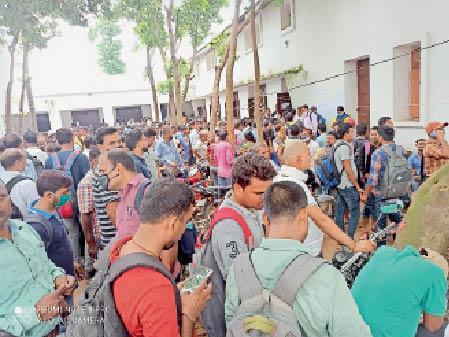जिला स्कूल में काउंसिलिंग के लिए अभ्यर्थियों की भीड़। - Dainik Bhaskar