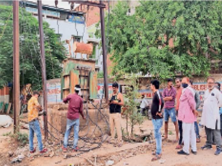हाउसिंग कॉलोनी में ट्रांसफार्मर सुधारते बिजली कंपनी के कर्मचारी। - Dainik Bhaskar