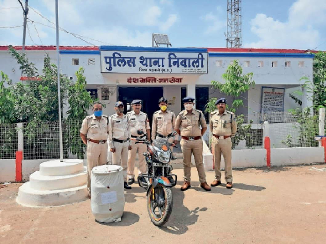 पुलिस ने आरोपी के बाइक और स्प्रिट जब्त की। - Dainik Bhaskar