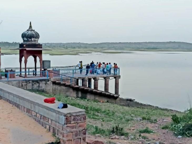 लगातार पांच वर्षो से खाली रह रहे इस बांध में भराव क्षमता 1860 के मुकाबले अब सिर्फ 264.60 मिलियन क्यूबिक फीट (एमसीएफटी) पानी ही बचा है। - Dainik Bhaskar
