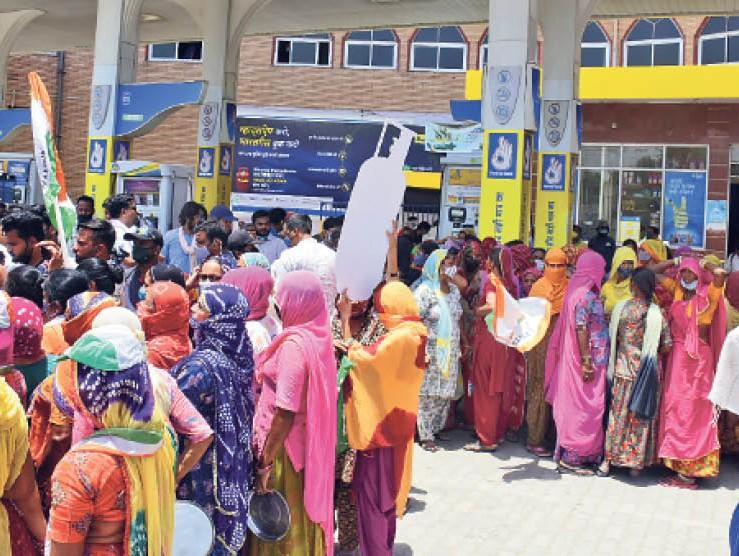 महंगाई के खिलाफ पेट्रोल पंप पर प्रदर्शन के दौरान महिला कांग्रेस की कई कार्यकर्ता तेज धूप से बचने के लिए छांव तलाशती नजर आई। - Dainik Bhaskar
