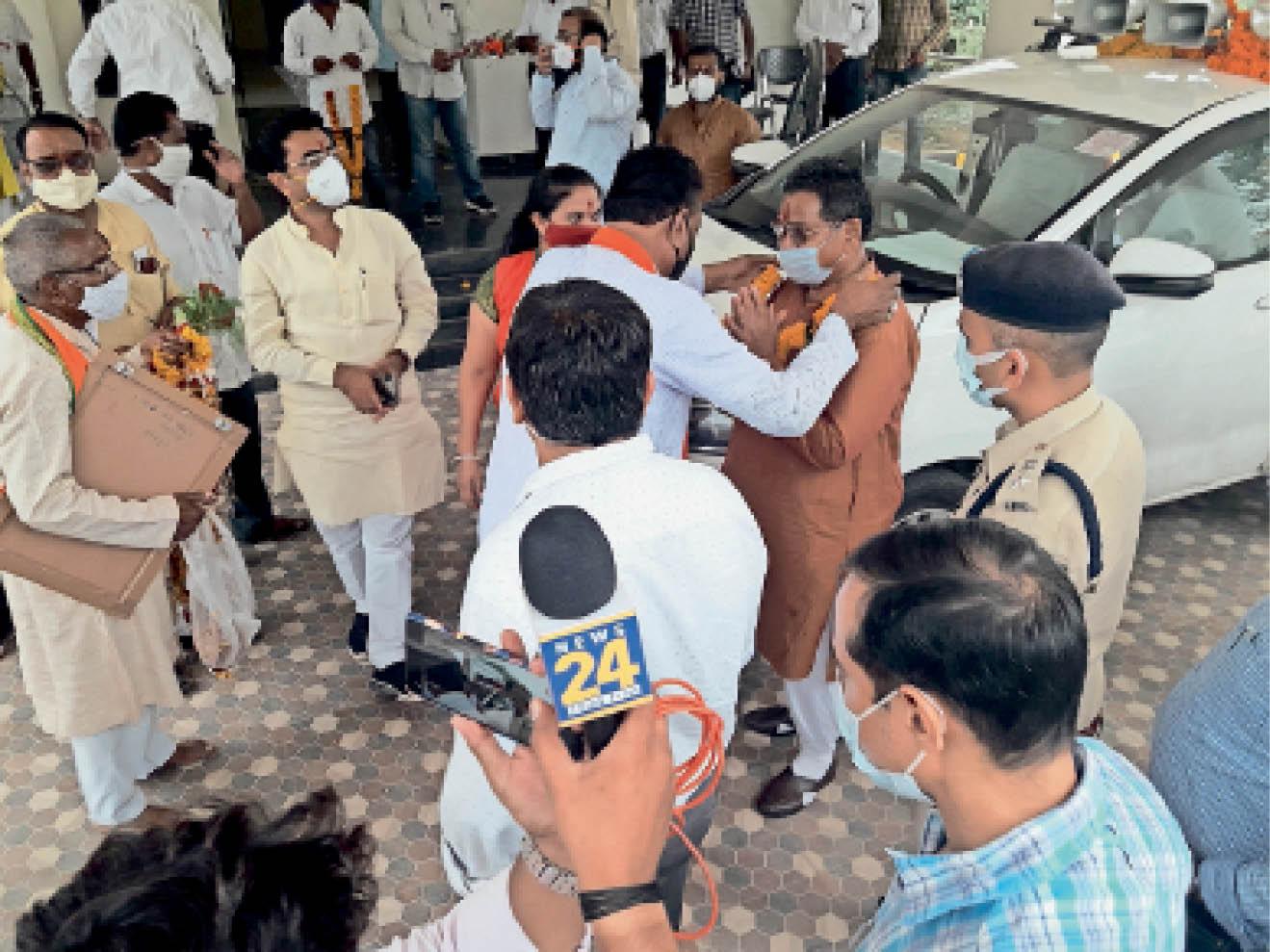 हाईवे पर हिचकोले खाती कार से रेस्ट हाउस पहुंचते ही प्रभारी मंत्री प्रेमसिंह पटेल ने राहत की सांस ली। - Dainik Bhaskar