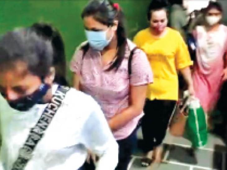 ढाबों पर छापामार कार्रवाई में पकड़ी गईं युवतियां। - Dainik Bhaskar