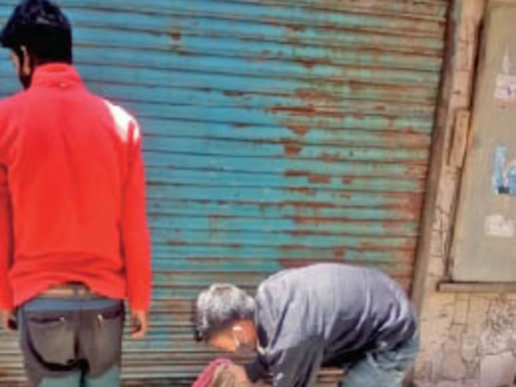 लोअर बाजार में सामान जब्त करते नगर िनगम के कर्मचारी। - Dainik Bhaskar