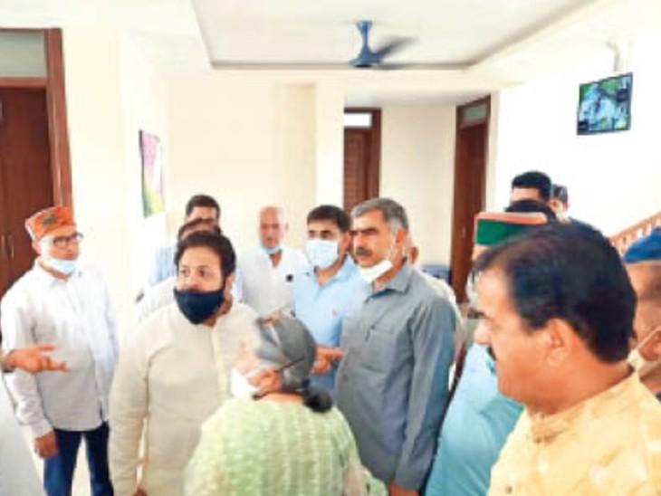 काजल के घर ब्रेकफास्ट के दौरान प्रदेश प्रभारी राजीव शुक्ला कांग्रेस नेताओं के साथ। - Dainik Bhaskar