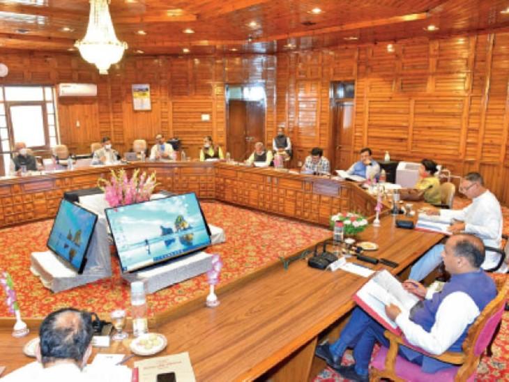 मंत्रिमंडल बैठक की अध्यक्षता करते मुख्यमंत्री जयराम ठाकुर। - Dainik Bhaskar