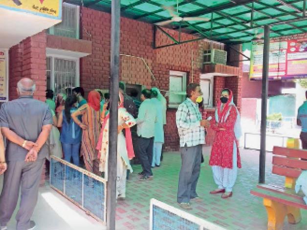 सिविल अस्पताल में वैक्सीन लगवाने के लिए पहुंचे लोग। - Dainik Bhaskar