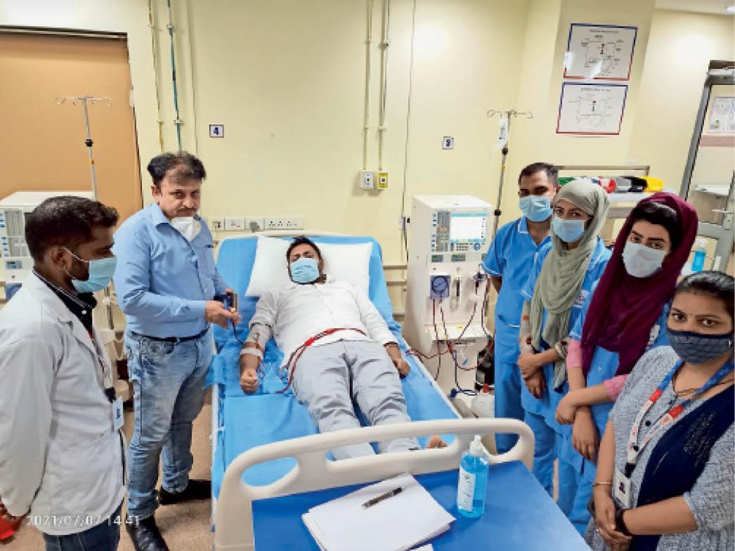 करनाल. कल्पना चावला मेडिकल कॉलेज में डायलिसिस सेंटर में इलाज करवाते हुए युवक अमित। फोटो |भास्कर - Dainik Bhaskar