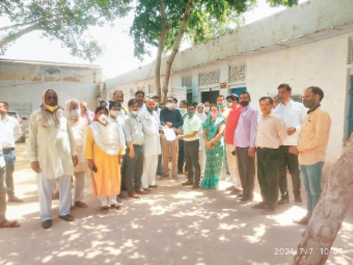 स्कूल खोले जाने की मांग को लेकर ज्ञापन सौंपते संचालक। - Dainik Bhaskar