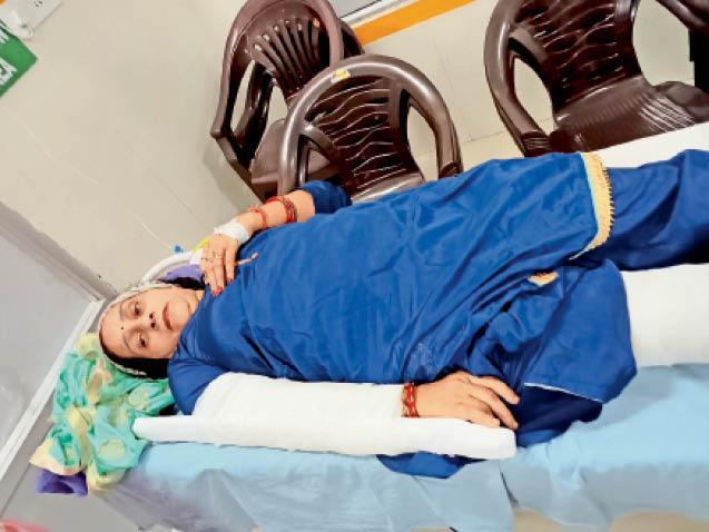 जगाधरी सिविल अस्पताल में भर्ती मृतक सुरेंद्र की पत्नी ज्योति - Dainik Bhaskar